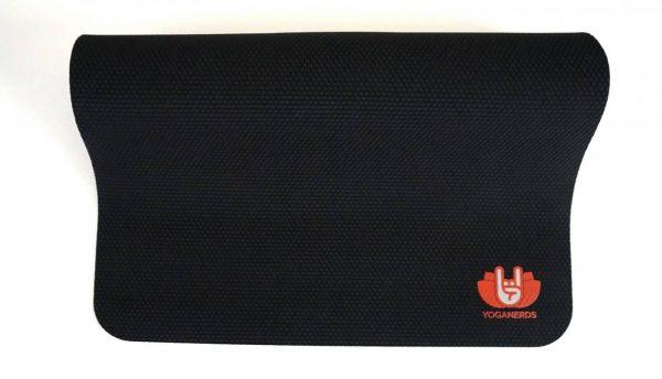 YogaNerds Naturkautschuk-Yogamatte Black Cobra mit Neon-Rotem YogaNerds-Print